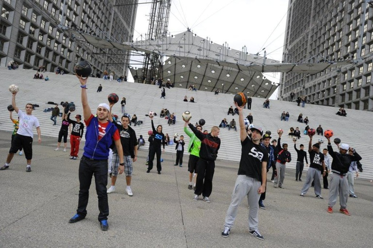 Flash Mob-Syncronized freestyle Footballers
