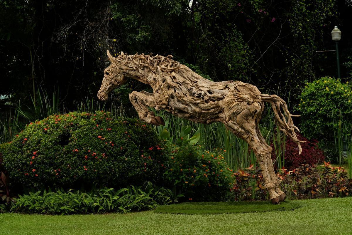 Action movement drift wooden sculptures
